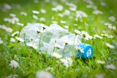 Bouteille en plastique sur l'herbe image libre de droits
