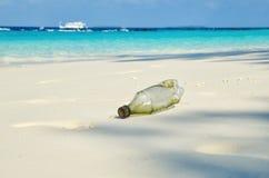 Bouteille en plastique sur la plage de sable E Concept d'?cologie et d'environnement r photo libre de droits