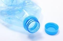 Bouteille en plastique utilisée de l'eau minérale Photographie stock