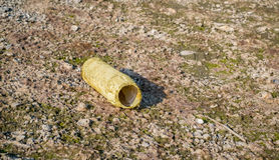 Bouteille en plastique vide abandonnée sur la plage Photographie stock