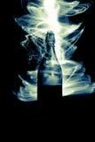 Bouteille en verre avec des étincelles et des vagues de lumière Images libres de droits