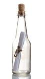 Bouteille en verre avec la note à l'intérieur Images stock