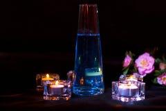 Bouteille en verre avec le breuvage magique bleu sur le fond foncé Photographie stock libre de droits