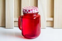 Bouteille en verre avec le capuchon rouge Images libres de droits