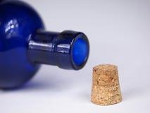 Bouteille en verre bleue Image libre de droits