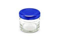 Bouteille en verre d'espace libre vide d'emballage avec le chapeau en aluminium bleu Images stock