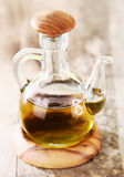 Bouteille en verre d'huile d'olive vierge Images stock