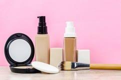 Bouteille en verre de base liquide liquide sur des éponges de maquillage photo stock
