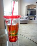 bouteille en verre de la Californie de jus de tasse photographie stock