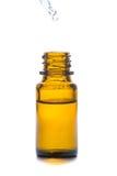 Bouteille en verre de médecine de Brown avec le compte-gouttes d'isolement au-dessus du blanc Photo stock