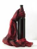 Bouteille et écharpe rouge Image stock
