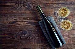 Bouteille et deux verres de vin blanc Photo stock