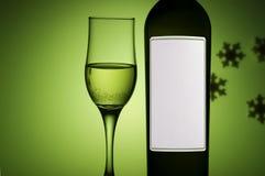 Bouteille et glace avec du vin blanc Image stock