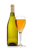 Bouteille et glace de vin avec du vin d'isolement. Images libres de droits