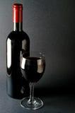Bouteille et glace de vin rouge Image libre de droits
