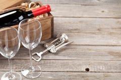 Bouteille et glaces de vin rouge Photo libre de droits