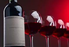 Bouteille et glaces de vin rouge Images stock