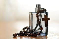 Bouteille et rosaire de Cologne Photos stock