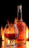 Bouteille et verre de cognac photo stock