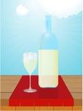 Bouteille et verre de vin blanc sur la table en bois Photos stock