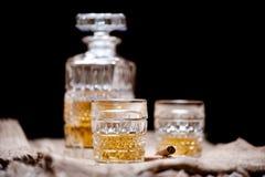 Bouteille et verres en cristal de whiskey avec les boissons alcoolisées alcooliques Images libres de droits