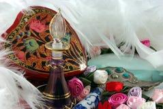 Bouteille, fleurs et clavettes de parfum Photographie stock