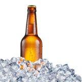 Bouteille froide de bière dans les glaçons photographie stock
