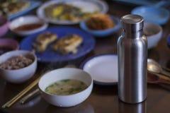 Bouteille inoxydable isolée sur la table de dîner coréenne images libres de droits