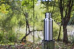 Bouteille isolée d'acier inoxydable dans la forêt photos libres de droits