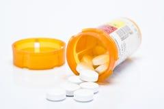 Bouteille ouverte de pillules de prescription Image libre de droits