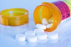 Bouteille ouverte de pillules de prescription photos libres de droits