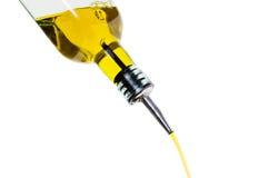 Bouteille pleuvante à torrents d'huile d'olive Photographie stock libre de droits