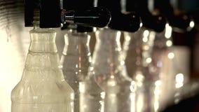 Bouteille remplissante de robinet de bière banque de vidéos