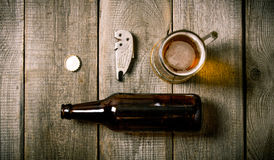 Bouteille, verre de bière, ouvreur de bouteille, liège Image stock