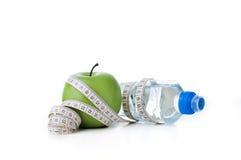 Bouteille verte de pomme et de sport avec la bande de mesure Photo stock