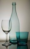 Bouteille vide avec une glace de vin et une glace d'eau images stock