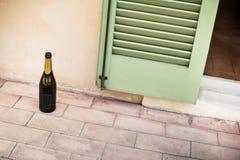 Bouteille vide de champagne sur le plancher Image libre de droits