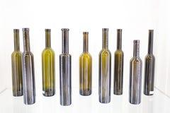 Bouteille vide de vin sur un fond blanc Images libres de droits