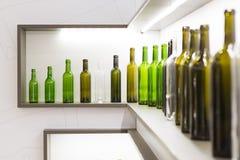 Bouteille vide de vin sur un fond blanc Photo stock