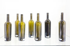 Bouteille vide de vin sur un fond blanc Image libre de droits