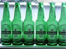 Bouteilles à bière vides vertes de Heinekin Images libres de droits