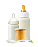 Bouteilles à lait de bébé, pot de purée de bébé et cuillère d'isolement sur le blanc Photos libres de droits
