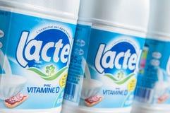 Bouteilles à lait de marque de Lactel - Lactel est la marque française des Frances de Lactalis, le chef de la victime de laitages Images libres de droits