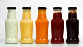 Bouteilles avec différentes sauces pour le barbecue photographie stock