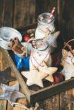 Bouteilles avec du lait biscuits faits maison pour de Santa et de Noël pain d'épice Photographie stock