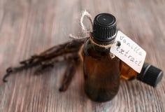 Bouteilles avec l'extrait et les bâtons de vanille photographie stock libre de droits