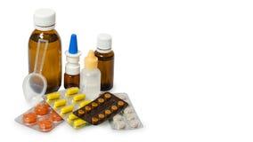 Bouteilles avec la médecine, pulvérisation nasale Toussez le sirop, le sirop antipyrétique et les baisses de nez sur le fond blan Photos stock
