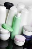 Bouteilles avec le shampooing images stock
