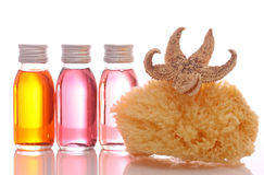 Bouteilles avec les huiles essentielles et l'éponge Photographie stock
