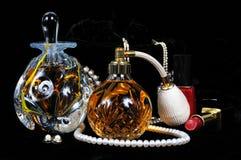 Bouteilles, bijoux et maquillage de parfum. images stock